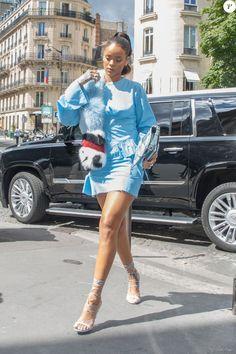 Rihanna arrive à la boutique Christian Dior sur l'avenue Montaigne, habillée…