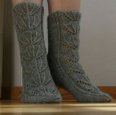 Pattern also in English (Pdf), translated by sopaipillas Knitting Charts, Baby Knitting Patterns, Loom Knitting, Knitting Socks, Little Cotton Rabbits, Wool Socks, Tube Socks, Designer Socks, Knitting For Kids