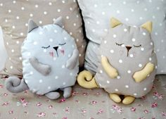 Coussin chat faisant la sieste sleeping stuffed cat pillows toy (inspiration, no pattern, cute designs for pillows, best 20 cat pillow ideas no signup Sewing Toys, Baby Sewing, Sewing Crafts, Sewing Projects, Sewing Pillows, Diy Pillows, Cushions, Fabric Toys, Fabric Crafts
