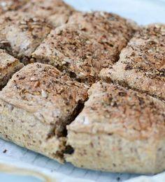 Grovt brytebrød i langpanne er et perfekt brød til matpakken. Grovt brytebrød egner seg godt for å fryses ned, og holder seg saftig i matpakken!