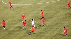 La historia detrás de la foto de Lionel Messi marcado por varios jugadores de Chile