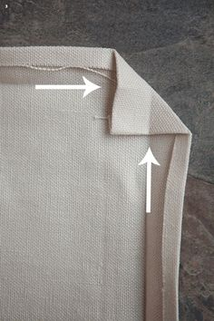 Mitering Fabric How to Get Perfectly Pointy Inside Corners - Celebrate Creativity My Sewing Room, Sewing Class, Love Sewing, Sewing Mitered Corners, Quilt Corners, Quilting Tutorials, Sewing Tutorials, Sewing Patterns, Techniques Couture