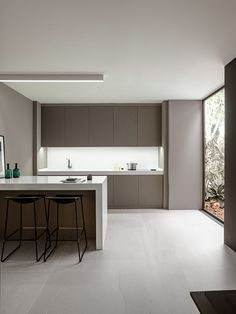 News from the PORCELANOSA Grupo Exhibition: XLight by Urbatek and versatility in a large format Marble Floor Kitchen, White Kitchen Cabinets, Kitchen Flooring, Bella Kitchen, New Kitchen, Kitchen Decor, Minimal Kitchen, White Countertops, Kitchen Remodel