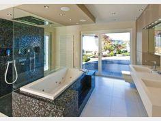 Das Badezimmer wird zur echten Wellness-Oase durch eine freistehende Badewanne und Regendusche. Das großgeschnittene Zimmer bietet zudem viel Platz und indirekte Beleuchtung, die,abgesehen vom Tageslicht, das durch die großen Fensterfronten hereinströmt, ein angenehmes Licht in den Raum zaubert. Gefunden im #Stadthaus Schwaab auf haus-xxl.de
