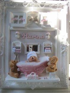 Porta-Maternidade menina! Cute! Diy Dollhouse, Dollhouse Miniatures, Photo Frame Crafts, Scrabble Frame, Baby Bathroom, Baby Frame, Cute Box, Welcome Baby, Cold Porcelain