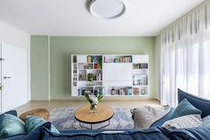 קיר הטלויזיה בצבע ירוק עם ספריה לבנה בנגרות מותאמת Bookcase, Shelves, Home Decor, Shelving, Decoration Home, Room Decor, Shelf, Interior Design, Home Interiors