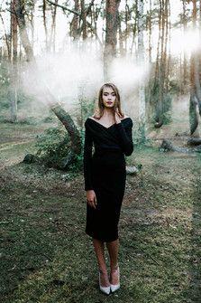 Sukienka D097 z marszczeniami przy dekolcie. Czarna.