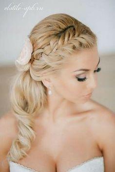 Simple elegance: Braided ponytail accessorized with a flower. #hairstyle #hair #bride #bridalhairstyle #wedding #bridalbeauty #braidedhairstyle