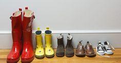 Como fazer uma sapateira de tecido. Uma sapateira de tecido pode ajudá-lo a manter os seus sapatos agrupados e seu armário ou closet arrumado. Você também pode usar a ideia para organizar produtos de higiene pessoal, materiais de artesanato, artigos de bebê ou brinquedos. Personalize as medidas da sua sapateira para suas necessidades. Sapatos masculinos exigem bolsos maiores, ...