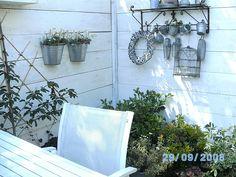Steigerhout als schutting en dan wit beitsen 2008 gemaakt Dan stylen met zink en witte meubelen en planten geniet er nog elke dag van.