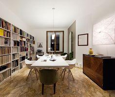 Nello spazio di lavoro principale i tavoli bianchi sono disegnati da Antonella Dedini e realizzati dalla Falegnameria Cugini Caspani. Sedie Plastic Armchair Daw, di Charles and Ray Eames di VITRA; lib