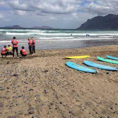 Momentos antes de entrar al agua con nuestros alumnos en la #playa de #Famara #lanzarote . @lasantaprocenter #escuela #oficial de @lasantasurf . #surf #surfing #surfcanarias #surfholidays #surflanzarote #lanzarotesurf #surfschoollanzarote #lanzarotesurfschool #famarabeach #surfcamp #surfcoach #surfcoaching #surfcourse #lasantasurf #lasantasurfprocenter #lasantaprocenter  http://ift.tt/SaUF9M