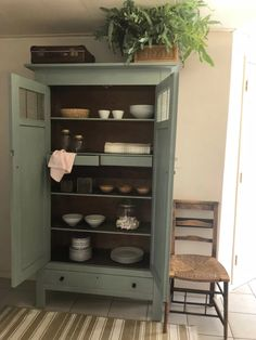 Servieskast vintage groen | Foto's|Inspiratie | Pakhuis61 Home And Living, Living Room, House Plant Care, White Cottage, Colorful Furniture, Paint Furniture, China Cabinet, Home Furnishings, Bookcase