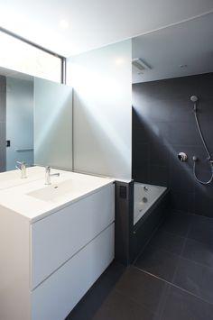 水回りは白と黒のモノトーン。japan-architects.com