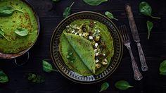 Nevíte, co k večeři? Dejte zelenou palačinkám. Slaná varianta plněná špenátovou směsí skuřecím masem vás mile překvapí: krásně vypadá, senzačně voní a skvěle chutná. Tak hurá do příprav!