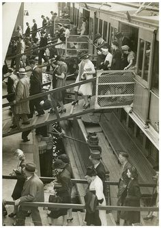 Disembarking South Steyne, Sydney, 1940 / attributed to Dennis Rowe by State… Antique Photos, Old Photos, Vintage Photos, Sydney Ferries, Sydney Beaches, Australian Painters, Usa Country, Nostalgic Images, The Old Days
