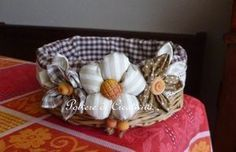 Idea for decorating basket. Sewing Crafts, Sewing Projects, Diy Crafts, Shabby Chic Stil, Lamp Cover, Paper Basket, Sewing Dolls, Basket Decoration, Gift Packaging