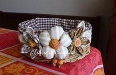 Questa volta la decorazione è fatta con fiori di stoffa e pasta di mais, ispirandomi ai bellissimi fiori di Elisa di Dolce crear...
