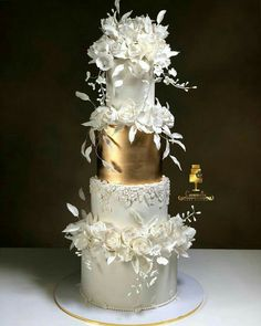 White And Gold Wedding Cake, Pretty Wedding Cakes, Luxury Wedding Cake, Amazing Wedding Cakes, Elegant Wedding Cakes, Wedding Cake Designs, Pretty Cakes, Wedding Cake Toppers, Beautiful Cakes