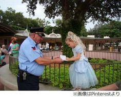 """""""夢の国""""警備員の素敵な行動、来園の少女に「王女様、サインを」。"""