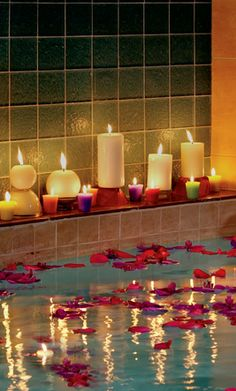 Candles and rose petals for a Valentine's Day bath - an affordable way to make a spa experience at home! Entspannendes Bad, My Sun And Stars, Relaxing Bath, Home Spa, Candle Lanterns, Spa Day, Bath Time, Rose Petals, Decoration
