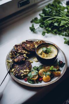 Kesäkurpitsapihvit ja curry-kookoskastike (V, GF) – Viimeistä murua myöten Curry, Veggies, Vegan, Cooking, Kitchen, Curries, Vegetable Recipes, Vegetables, Vegans