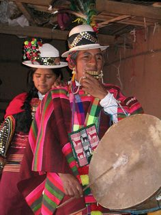 Mujeres aymara con siku y caja - flickr-photos-micahmacallen