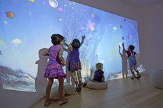 I bambini giocano con il fondo del mare proiettato sulle superfici di Maxi Ooh!.  Foto: Renè Riller