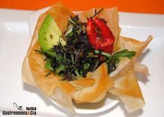 Ensalada de surimi, aguacate y salmoriglio