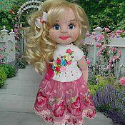 Купить или заказать Аленка в интернет-магазине на Ярмарке Мастеров. Вязаная куколка Аленка- озорная девчушка. Все части тела подвижны, внутри имеет скелет для кукол. Сидит, стоит самостоятельно, а так же может принимать любую позу. Рост 35 см. Прическа статичная. Вся одежда снимается. Состоит из сарафана, кардигана и туфелек. Мейк закреплен спец.средством с uv фильтром, устойчив к выцветанию.