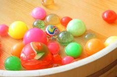 お祭りの縁日や駄菓子屋のくじ引きで見かけたスーパーボール。キラキラ光って跳ねて面白い!幼い頃は夢中になって遊びませんでしたか?今でもこどもたちを夢中にさせるスーパーボールは、ちょっとした材料で簡単に作ることができます!そんなスーパーボールの作り方やアレンジ方法をご紹介します。 Penny Candy, Candy Store, Diy Crafts, Toys, How To Make, Handmade, Craft Ideas, Baby, Activity Toys