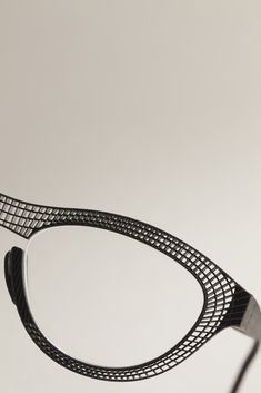 Hoet has launched the first 'Made in Belgium' laser-printed eyeglasses made of titanium. They are available in various lens and bridge sizes and are produced to order. Glasses Style, Eye Glasses, 3d Laser, Impression 3d, 3d Fashion, Carne Asada, Product Design, Specs, 3d Printer