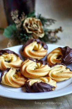 Omlós fahéjas karika Hungarian Desserts, Hungarian Recipes, Cookie Recipes, Snack Recipes, Dessert Recipes, Snacks, Sweet Cookies, Recipes From Heaven, Homemade Cakes