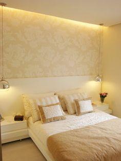 Cabeceira branca laca, luminárias espelhadas, papel de parede. Quarto perfeito