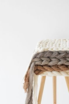 DIY tutorial on how to knit and felt a super chunky seat pad from un-spun wool… Arm Knitting, Knitting Patterns, Crochet Patterns, Giant Knitting, Vogue Knitting, Stitch Patterns, Felt Cushion, Diy Cushion, Cushion Covers