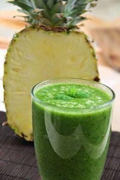 Zielony koktajl oczyszczający - ze świeżego ananasa, banana, szpinaku i ostropestu plamistego.  Ananas dzięki zawartej w nim bro...