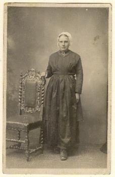Portret van Gerritje van Heere (1905-) verkleed in Vlaardingse klederdracht, circa 1925. #ZuidHolland #Vlaardingen