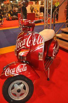 Coca Cola Poster, Coca Cola Ad, Always Coca Cola, World Of Coca Cola, Coca Cola Bottles, Scooters Vespa, Motor Scooters, Pub Coca, Coca Cola Decor