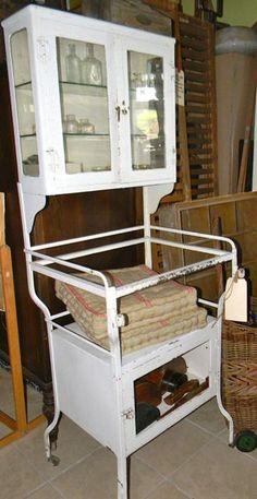 Several years ago, I had the chance to buy a vintage dental cabinet at a good price. I still regret that I didn't get it.