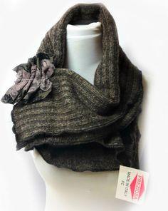 Sciarpa mantella in lana con spilla di PREZIOSA abbigliamento e accessori artigianali su DaWanda.com
