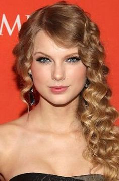 Proof that Taylor Swift's curls are beyond ghastly. I just think; high school prom: deep south edition.
