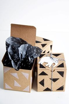 Inventive Wrapping Ideas For More Special Gifts Appearance diy projects If you're looking to amaze your family and friends the minute they receive your gift, then a little creative gift wrapping is just what you need. Branding And Packaging, Paper Packaging, Pretty Packaging, Gift Packaging, Packaging Design, Creative Gift Wrapping, Creative Gifts, Wrapping Ideas, Kraft Gift Boxes