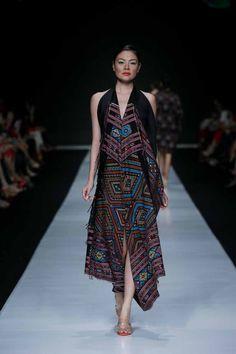 Jakarta Fashion Week 2014: Oscar Lawalata | FashionWindows Network Dress Outfits, Fashion Outfits, Dresses, Jakarta Fashion Week, Batik Fashion, Ethnic Chic, Sari Blouse Designs, Batik Dress, Russian Fashion