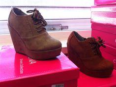 Sapatos abotinados com atacadores e fecho lateral. Existe em preto, castanho, taupe e mel.(ref 2508) - 25.00Euros