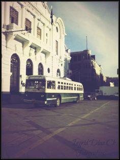 Troleybus y Edificio de la Comandancia de la Armada de Chile, Plaza Sotomayor, Valparaíso.