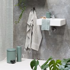 The sisters suggest that you create a calm and relaxed atmosphere in your bathroom by choosing elements in light pastels. Toilet brush, price per item DKK 38,00 / ISK 1038 / SEK 54,60 / NOK 54,80 / EUR 5,34 / GBP 5,14