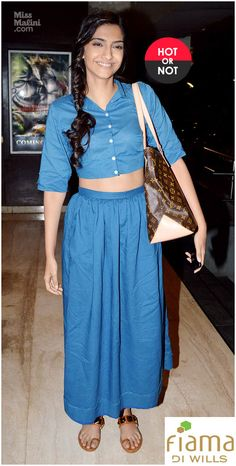 Sonam Kapoor who looks soooo breathtakingly beautiful in SD style looks so plain and formless in this N-ish outfit :( Still she's young and charming