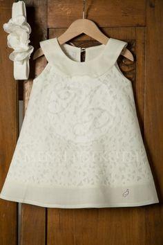Βαπτιστικά ρούχα για κορίτσι της Angel Wings ιβουάρ με ύφασμα κομμένο με laser σε λουλουδωτό σχέδιο με ελαστική κορδέλα