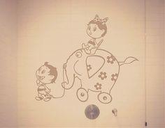 Vinilo con una hermosa escena de un niño y una niña haciendo travesuras con su elefante de juguete. Si la habitación de tus hijos es aburrid...#vinilosinfantiles, #vinilos bebés, #vinilos niños