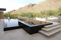A piscina de borda infinita normalmente se funde à paisagem, fazendo tudo parecer uma coisa só. Por isso, dá uma sensação de amplitude e charme, devido ao